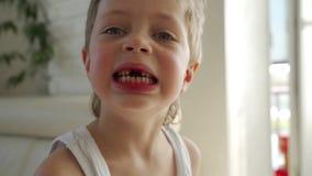 le garçon 6 an mangeant la pomme verte a retiré la dent primaire banque de vidéos