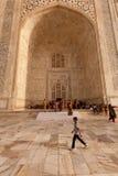 Le garçon marche à travers le portique de tombeau chez le Taj Mahal Photos stock