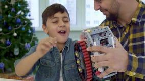 Le garçon met son index sous la voie du jouet ATV clips vidéos