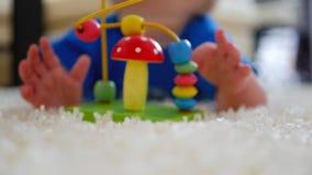 Le garçon mignon de mère et d'enfant jouent ensemble à l'intérieur à la maison Enfant en bas âge affectueux de maman et de bébé j banque de vidéos