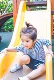 Le garçon mignon joue le glisseur Photos libres de droits