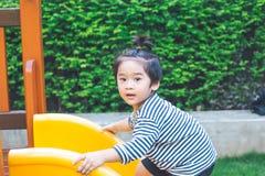Le garçon mignon joue le glisseur Photos stock