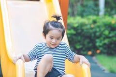 Le garçon mignon joue le glisseur dans le terrain de jeu Photos stock