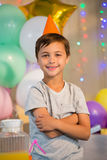 Le garçon mignon se tenant avec des bras a croisé à la fête d'anniversaire photos libres de droits