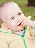 Le garçon a mis sa main dans sa bouche Photo libre de droits