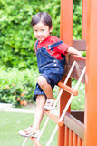 Le garçon montant le filet Photographie stock libre de droits