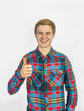 Le garçon montrant des pouces lèvent le signe Image libre de droits