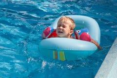 Le garçon nage dans la piscine photographie stock