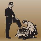 Le garçon nettoie des chaussures à l'homme respectable Photographie stock libre de droits