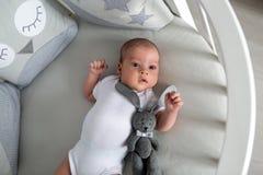 Le garçon nouveau-né se situe dans un lit rond Photos stock