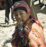 Le garçon péruvien s'est habillé dans l'équipement fait main traditionnel coloré Image libre de droits