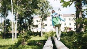 Le garçon passe par les caloducs Il s'éloigne de la caméra Playback lent Enfance ?motions clips vidéos
