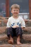 Le garçon peu aux pieds nus sur une échelle Images libres de droits