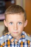 Le garçon pleure image libre de droits