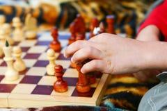Le garçon prend un freux d'échecs Images stock