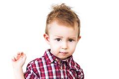Le garçon regarde avec l'intérêt Images libres de droits