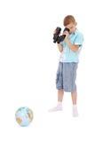 Le garçon regarde par la zone-glace le globe Photographie stock