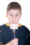 Le garçon regarde une fiche avec un cadeau Photo libre de droits