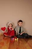 Le garçon retient le coeur rouge pour la fille Images libres de droits