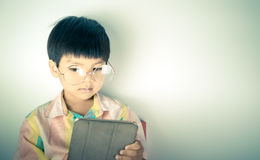 Le garçon ringard de génie utilise la Tablette image stock