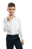 Le garçon sérieux ajuste son collier Photo libre de droits