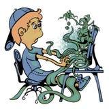 Le garçon s'assied à l'ordinateur Surveillez le rampement avec des monstres et des caractères de jeu Photos stock