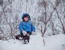 Le garçon s'assied sur le dessus de la colline 1 Photographie stock libre de droits