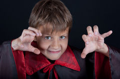 Le garçon s'est habillé comme le vampire pour la partie de Halloween Photo stock