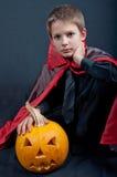 Le garçon s'est habillé comme le vampire pour la partie de Halloween Image libre de droits