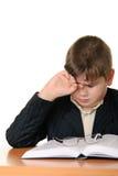 Le garçon s'usant des lunettes amasse un oeil pour la lassitude Images libres de droits