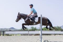 Le garçon sautant avec le cheval Images libres de droits
