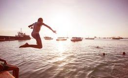 Le garçon sautant dans la mer à Zanzibar images libres de droits