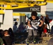 Le garçon sautant outre du banc au centre de Manchester City Photos stock