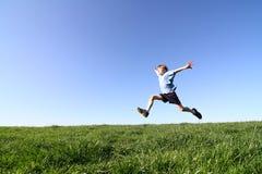 Le garçon saute photographie stock libre de droits