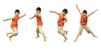 Le garçon saute sur le fond blanc. Images stock