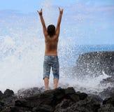 Le garçon se réjouit des éléments de mer Photos stock