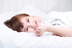Le garçon se réveillent image libre de droits