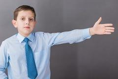 Le garçon se tenant près du tableau noir Photos libres de droits