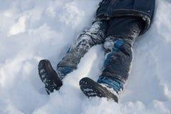 le garçon se trouve neige photographie stock