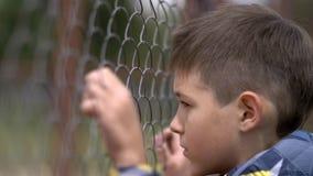 Le garçon seul abaisse la tête, regret pour l'action, douleur sur le visage images libres de droits