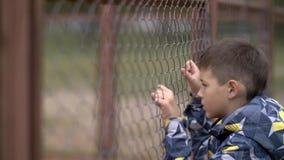 Le garçon seul abaisse la tête, regret pour l'action, douleur sur le visage photographie stock