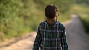 Le garçon seul abaisse la tête, regret pour l'action, douleur sur le visage image libre de droits