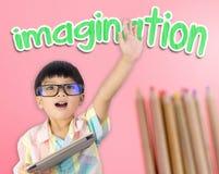 Le garçon a soulevé sa main montrant l'imagination Image libre de droits