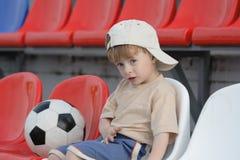 Le garçon sur des tribunes Photos stock
