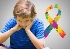 Le garçon sur le fond gris avec le spectre de couleur d'autisme remet le ruban illustration libre de droits