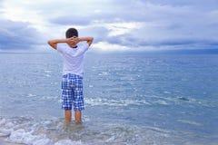 Le garçon sur la plage Image libre de droits