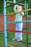 Le garçon sur le terrain de jeu Photo stock