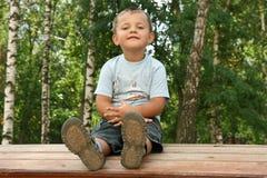 Le garçon sur une cour de jeu d'enfants Photos libres de droits