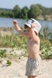 Le garçon sur une plage Photographie stock