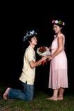 Le garçon thaïlandais asiatique donne des roses à la fille Photographie stock